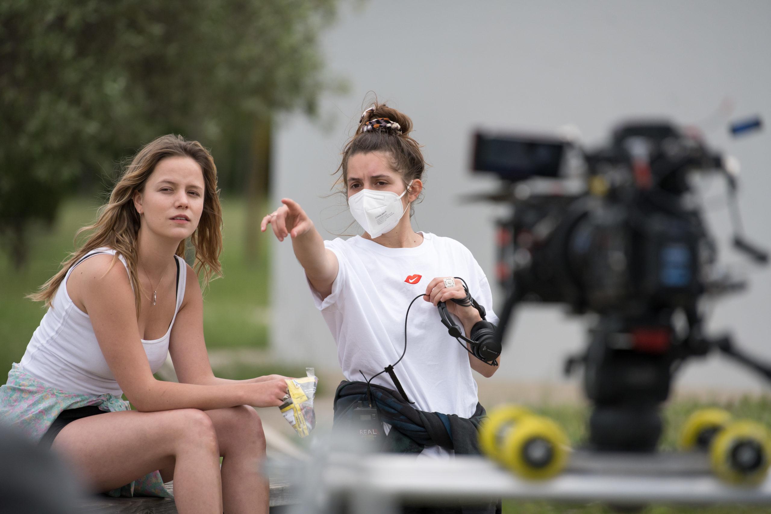 ©Fabien Malo. La réalisatrice Laura Saulnier dirige la comédienne Marysol Fertard sur le tournage du court-métrage